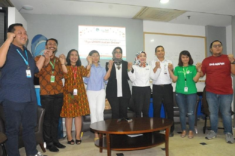 ICT volunteers in Indonesia help MSMEs increase market audience through online access