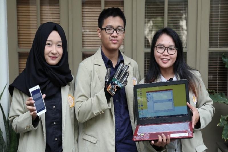 Indonesia's Universitas Gadjah Madah develops gloves that translate sign language to verbal language